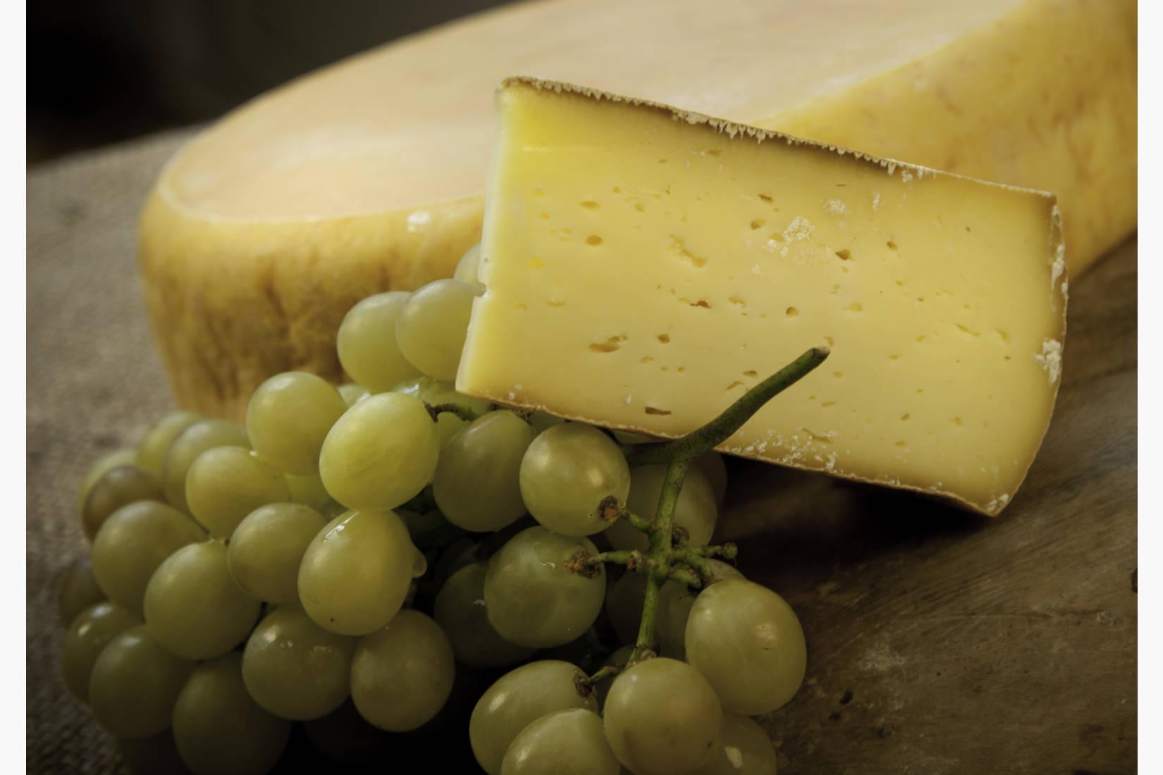 Orkladal tilsiter. Halvfast kittmodnet ost. Når denne osten lagres lenger enn 6mnd kalles den Høvding Sverre. Serveres gjerne med noe søtt til - som honning, marmelade eller syltetøy. Nydelig sammen med nøtter og tørka frukt.