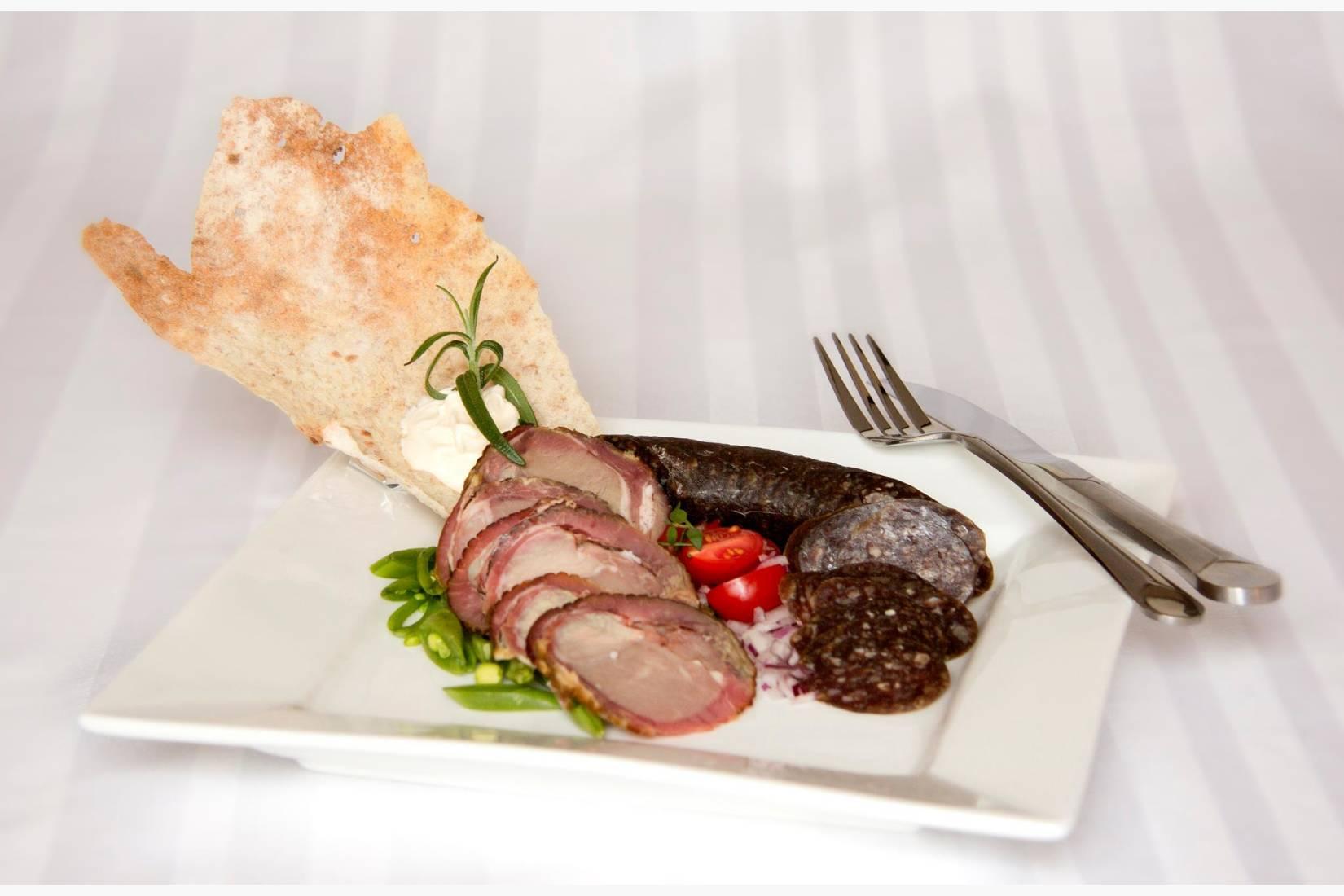 Badsturøkt kjøtt på Namdalsk vis er en smakfull tradisjon fra Nord-Trøndelag.