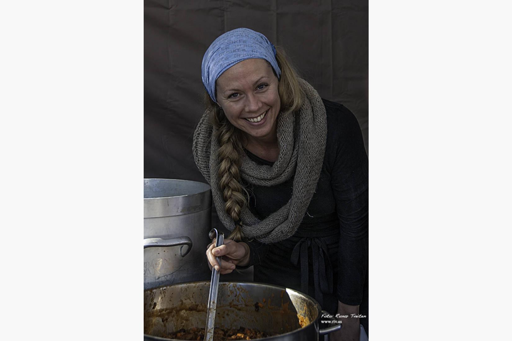Maria er klar med varm gryte til sultne gjester :)