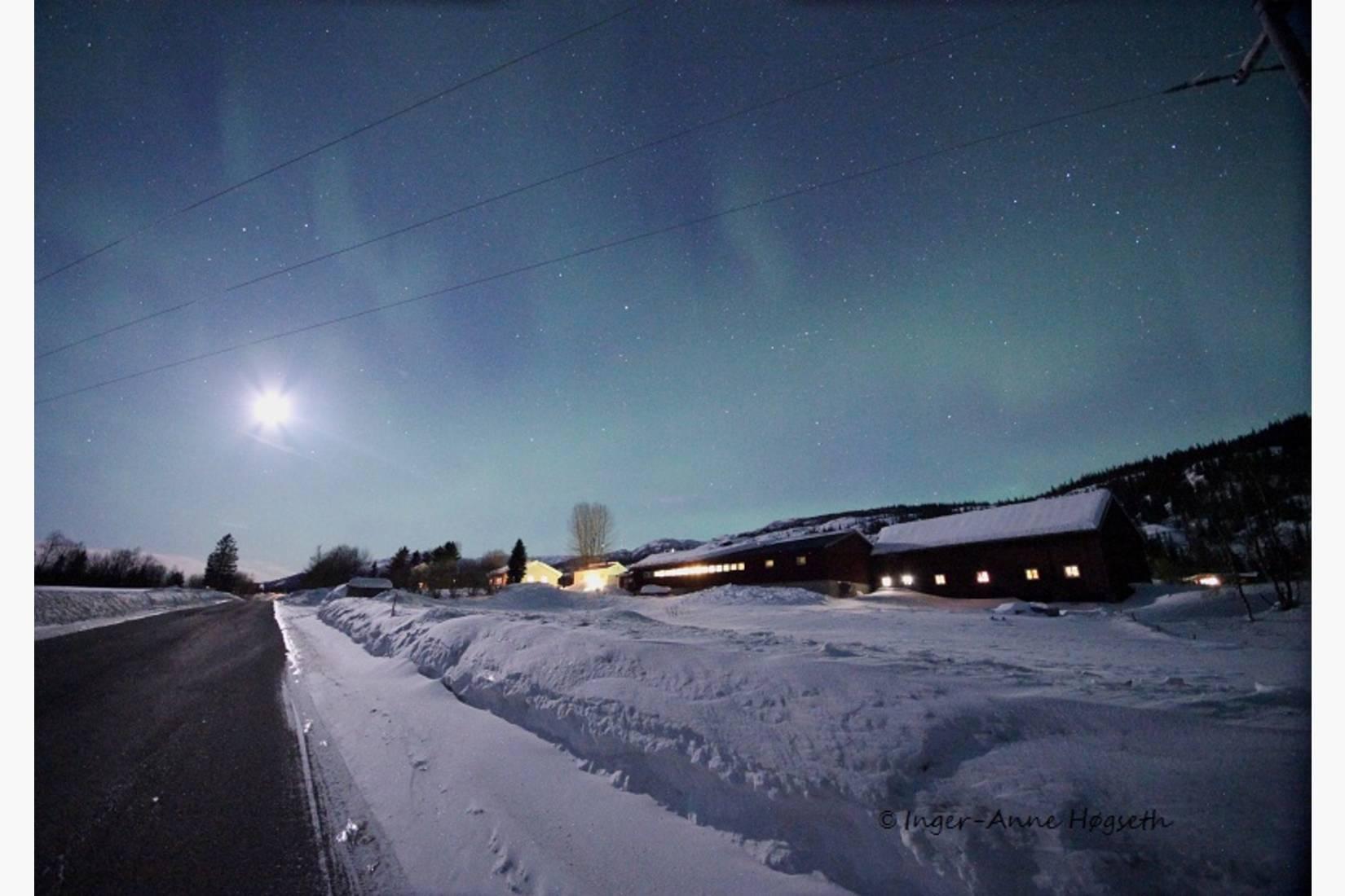 Straumbotn Gård nordlys- og månenatt.  Bildet er tatt fra BlåVëgen (E12).