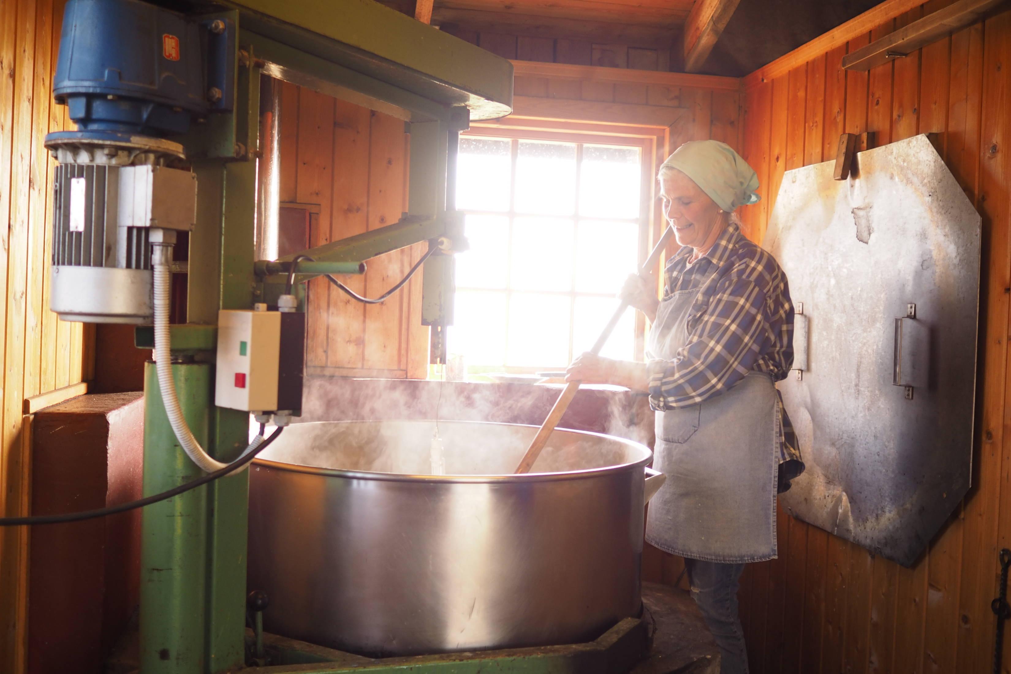 Anny Opedal Fodnes rører i mysa som skal koke inn til brim, som er en lokal variant av brunost.