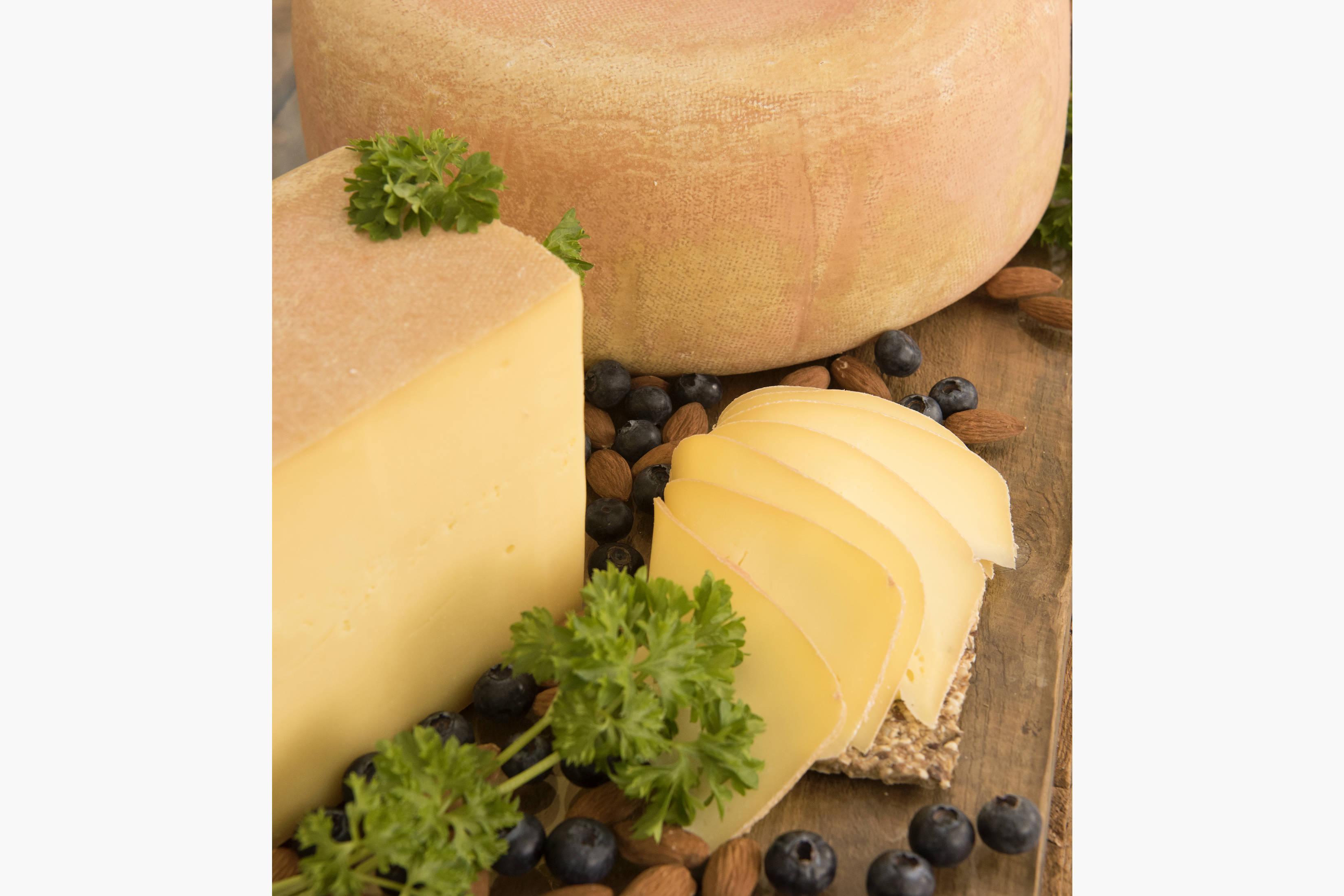 RØDLIN er elsket så vel av kundene på markeder, som av kokkene på restauranter. Osten er en halvfast rødkitt-ost laget etter en Appenzeller-oppskrift fra Sveits. Rødlin er vårt nyeste produkt, kun produsert siden nyttår 2017. Allerede har to restauranter servert Rødlin og Kraftkar på samme ostetallerken. Høsten 2017 fikk vi tildelt spesialitet merke UNIK SMAK på Rødlin, hvor uttalelsen fra juryen var: Denne osten var faktisk mye bedre enn Appenzelleren (smakt opp mot mot Appenzeller 3mnd lagret) og Nydelig ost- her var det mye håndverk og kjærlighet!