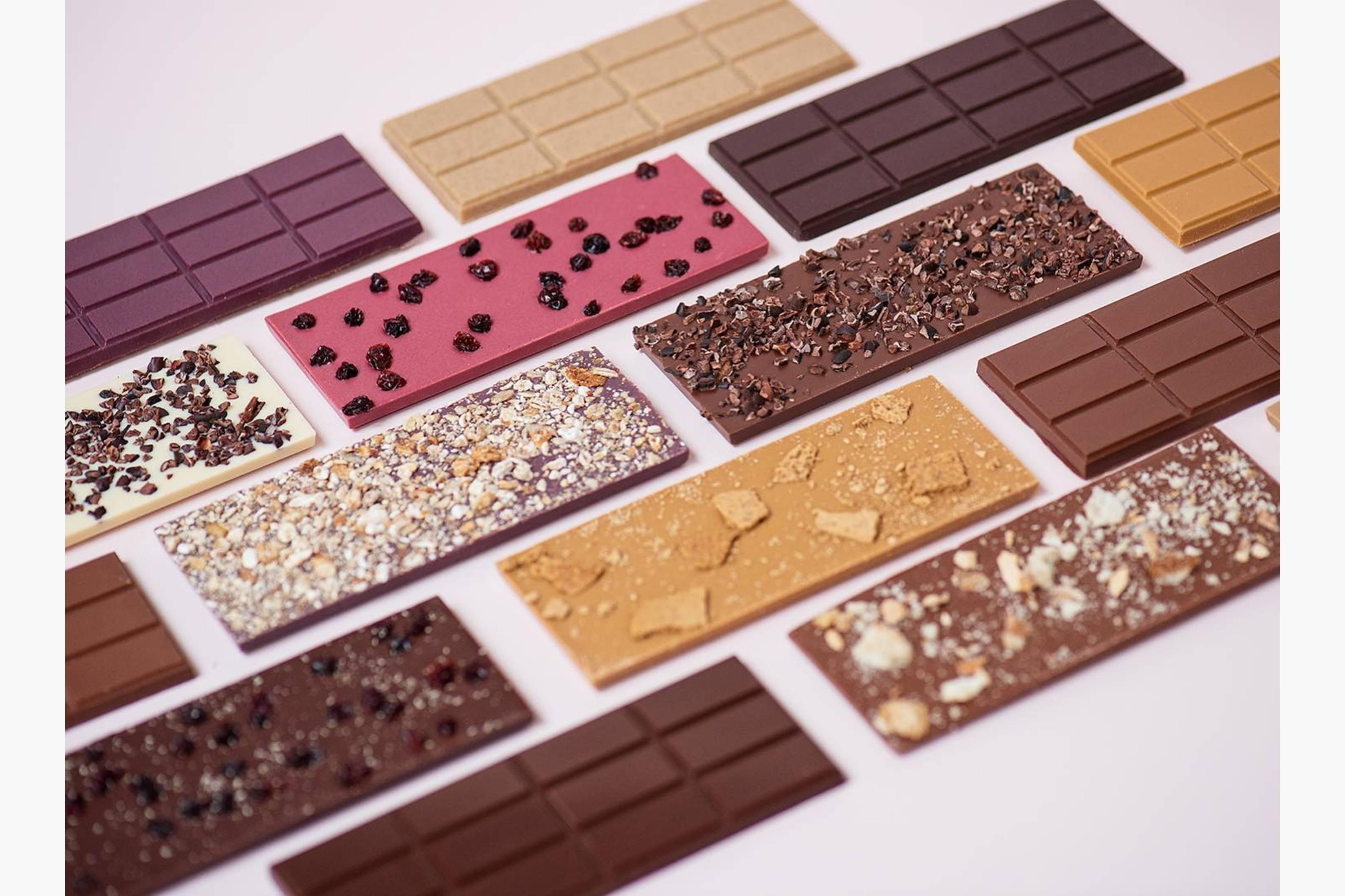 Bean to Bar - Vi sorterer, rister, knuser, og separerer av skallet fra kakaobønnene, før vi kverner de til flytende sjokolade. Tilslutt tempererer og støper vi i former.