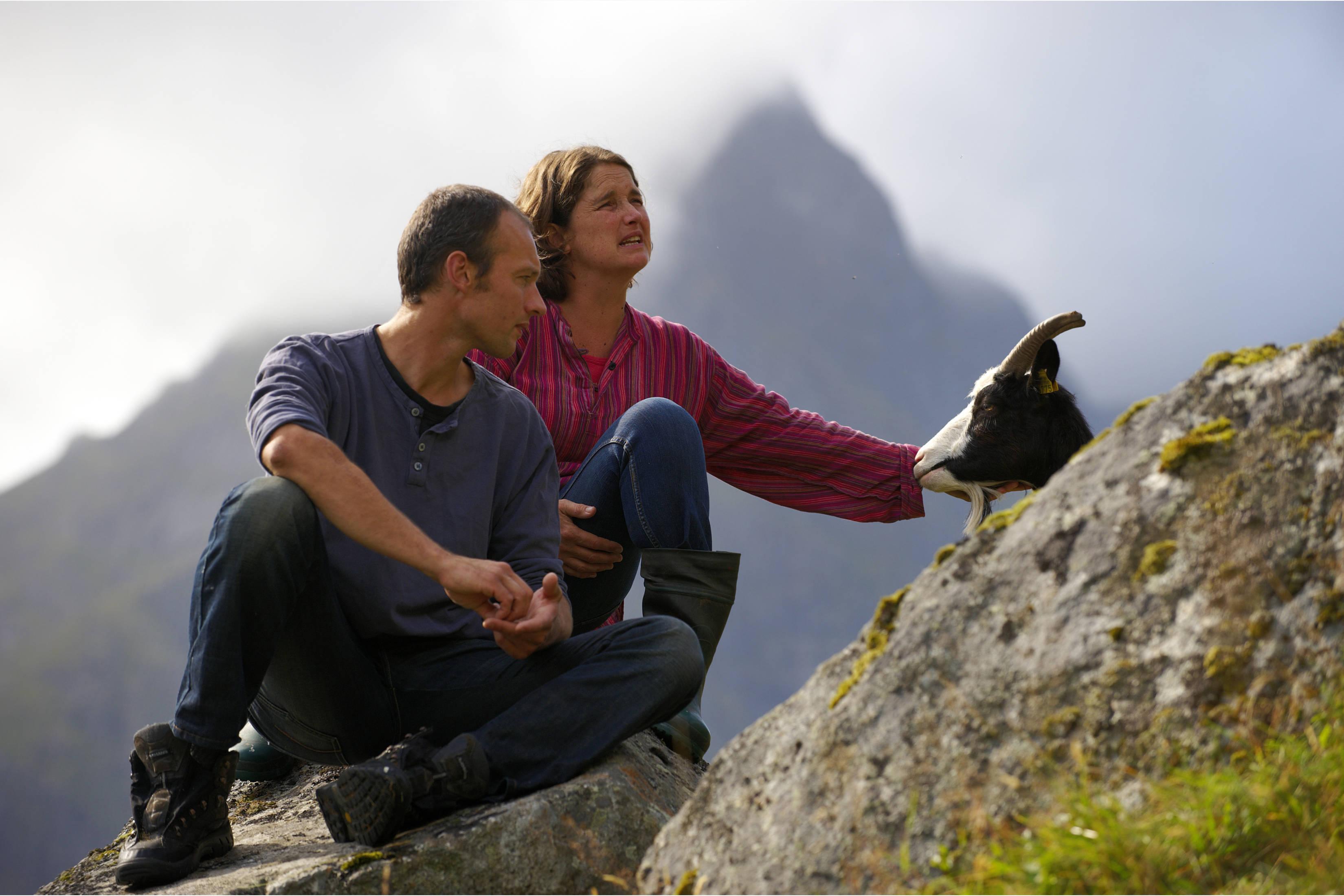 Hugo, Marielle og geitene på fjellet bak gården