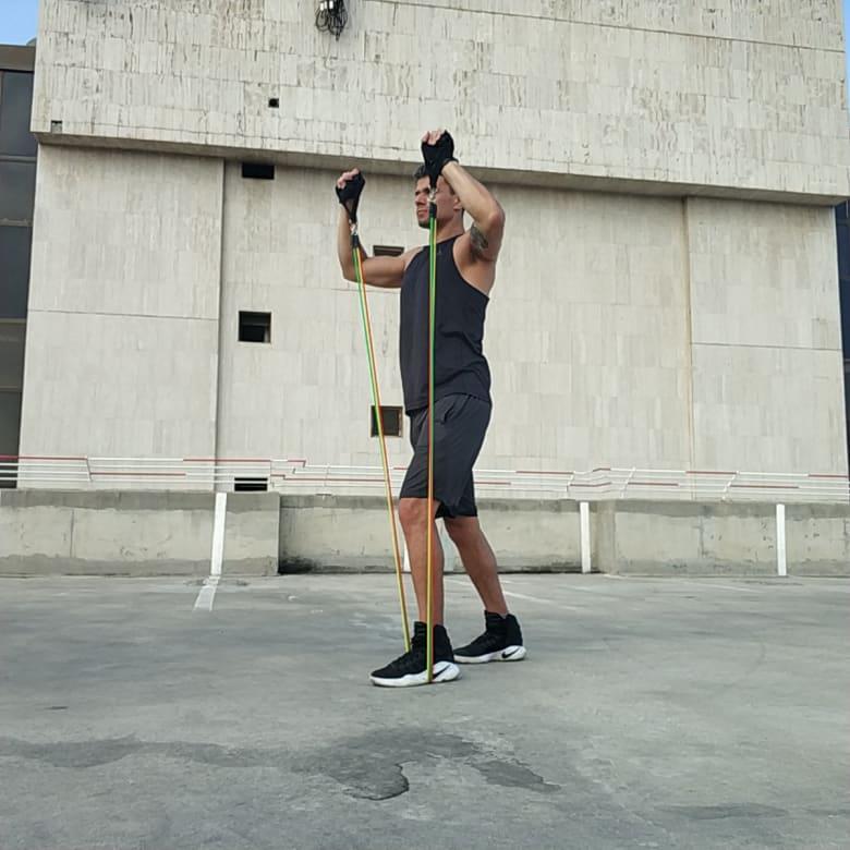 תרגיל לחיצת כתפיים בעמידה כנגד גומיה - Standing Shoulder Press With Tube Bands