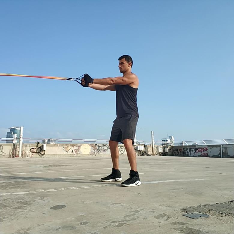 תרגיל פרפר הפוך כנגד גומיה: הרחקת כתפיים לצדדים - Reverse Fly With Tube Bands