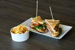 Club Sandwich med svensk kyckling och pommes