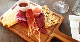Chark och ost från Norrbotten med havtornsmarmelad