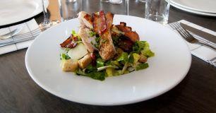 Caesarsallad med svensk kyckling och bacon