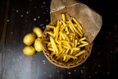 En korg med potatis