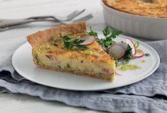 paj med ost och skinka och grönsallad