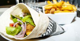 Falafelwraps serveras med pommes frites