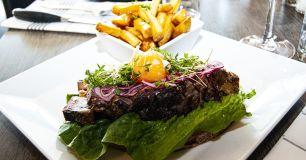 Steak sandwich gjord på rökt bringa pepparrot och pommes