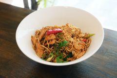13. Chow mien med kyckling & räkor