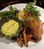 Fish & chips med remoluadsås & sallad