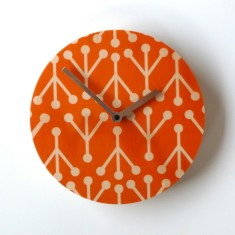 Objectify retro medium-sized wall clock in coral