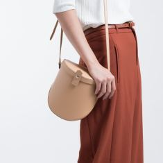 Leather shoulder bag in tan
