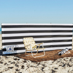 Beach windbreak in black & white stripe