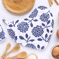 Heart-shaped pot holder oven mitt in hydrangea navy