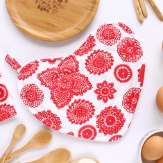 Heart-shaped pot holder oven mitt in doilie berry