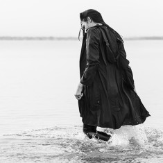 Women's packable raincoat in black