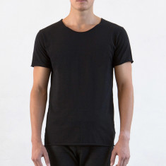 Men's long raw tee in black