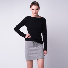 Cashmere V-back pullover in black