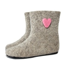 Felt slipper boots with pink hearts