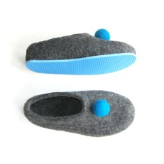 Women's felt slippers with pom pom