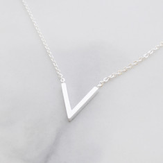 V necklace in silver