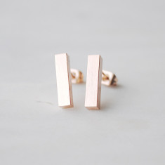 Bar stud earrings in rose gold