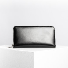 The nomad travel wallet in black shine