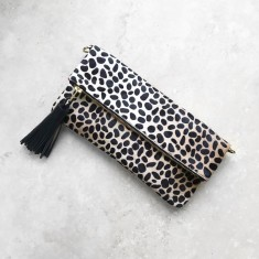 Carolina clutch in giraffe