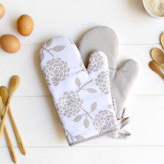 Oven mitts in hydrangea oatmeal