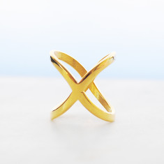 Criss-cross ring in gold