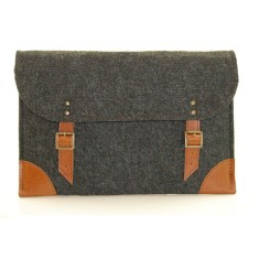 Dark grey felt case for your laptop with brown leather
