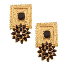 Detailed brass square earrings with flower shape