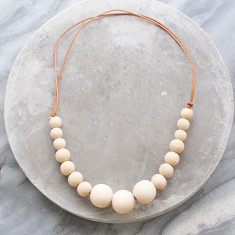 Nude wood bead necklace in blonde wood and leather
