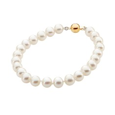 White pearl necklace with 9ct yellow gold clasp