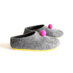 Women's felt shoes in grey with fuchsia pom poms