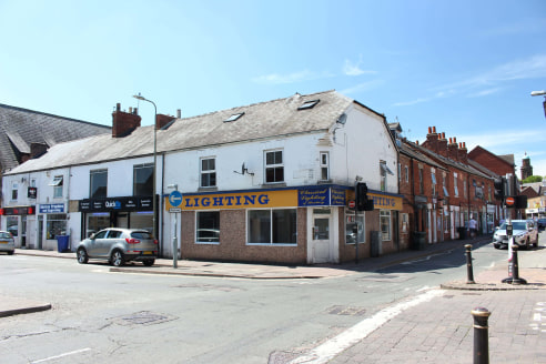 53 Broad Street, Banbury comprises a self-contained dual frontage ground floor retail unit. There is a separate WC and sink area.\n\nBanbury is situated at Junction 11 of the London to Birmingham M40. The town has a population of 42,000 and a catchme...