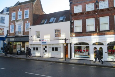 Guildford High Street\n\nProperty Type\nRetail\n\nAvailability\nTo Let\n\nSize\n1,413 sq ft\n\nRent\nRent on application\n\nEnergy Performance Rating\nUpon enquiry\n\nProminent Grade II listed Ground Floor retail unit set over two levels with Rear Ga...