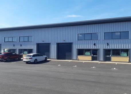 Brand new high quality industrial/warehouse units from 1,875 sq ft, superb location on the eastern side of Gloucester, new leases available, solar PV panels installed. Minimum eaves height of 5.1m, loading doors 3m wide by 3.2m, high floor loading -...