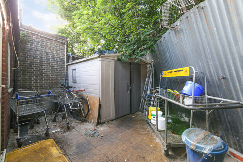 Seeking a premium offer.   The property, which is available immediately, comprises a ground floor shop area measuring 940 sq ft with a rear garden.   It benefits from a 4m frontage overlooking the high street, a large kitchen with extractor, WC and f...