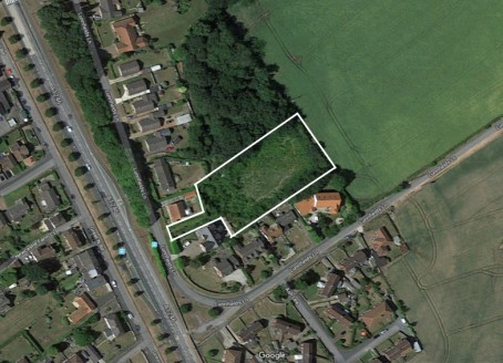The site is set back from Lunnsfield Lane, and is accessed between numbers 25 and 27, and with the exception of the access it comprises a mainly rectangular plot with is bordered by fields or the gardens of neighbouring properties.  The site, which i...