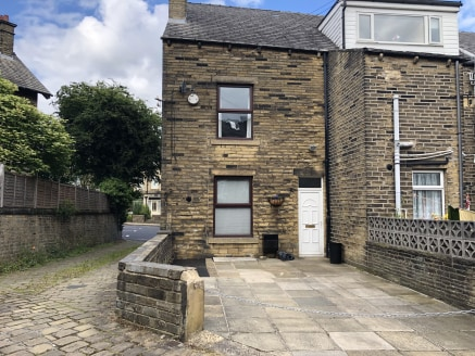 The property briefly comprise a retail unit situated on the busy A629 Huddersfield Road, along with a 2 bedroom end of terrace house accessed from the rear of the property.  The residential premises feature a modern dining kitchen with fitted wall an...