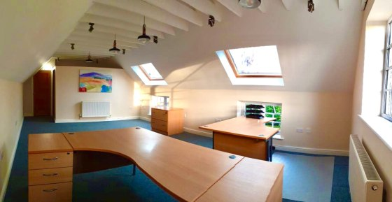 A high quality first floor office finished to a high standard. The office is ideal for 2 people (max 4) and provides an open plan working environment with plenty of natural light. Modern kitchen with fridge, double glazing, alarm, LED lighting.  Vill...