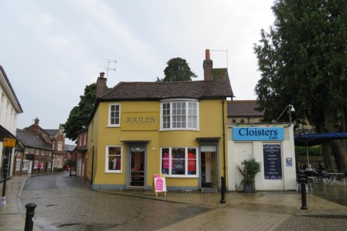 Property Type\nInvestments\n\nAvailability\nFor Sale\n\nSize\n2,733 sq ft\n\nPrice\n£925,000\n\nEnergy Performance Rating\nUpon enquiry\n\nAttractive Hampshire Market Town\n\nKey Features\n\n* Excellent Location in Market Square\n\n* Opposite R...
