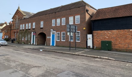 The property is situated in the centre of Beaconsfield Old Town on Aylesbury End and benefits from good rail and road communications with Junction 2 of the M40 and the mainline train station approximately 1 mile away. The Old Town also provides a goo...