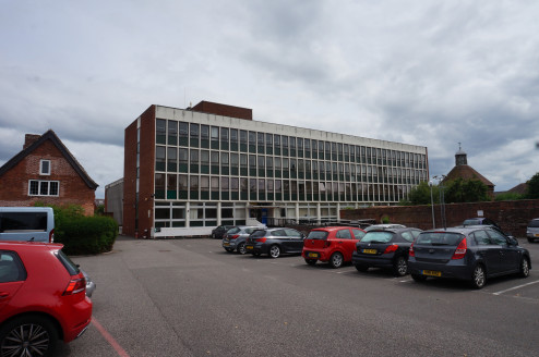 Offices with Large Floorplates and Parking - SHORT/LONG TERM LETTINGS AVAILABLE\n\nClose to Local Amenities, Public Transport and Town Centre\n\nSizes: From 90.54 sq m (974 sq ft)\nTotal Size approx.: 2709....